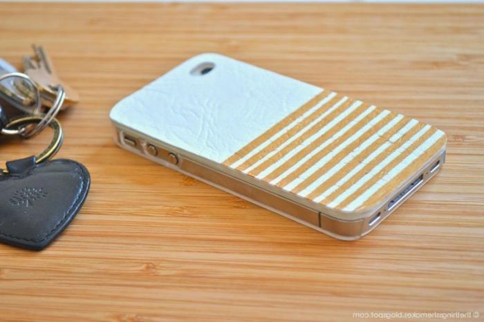 eine Handyhülle in zwei Farben, weiße Handyhülle und braune Streifen, Handyhülle selber gestalten