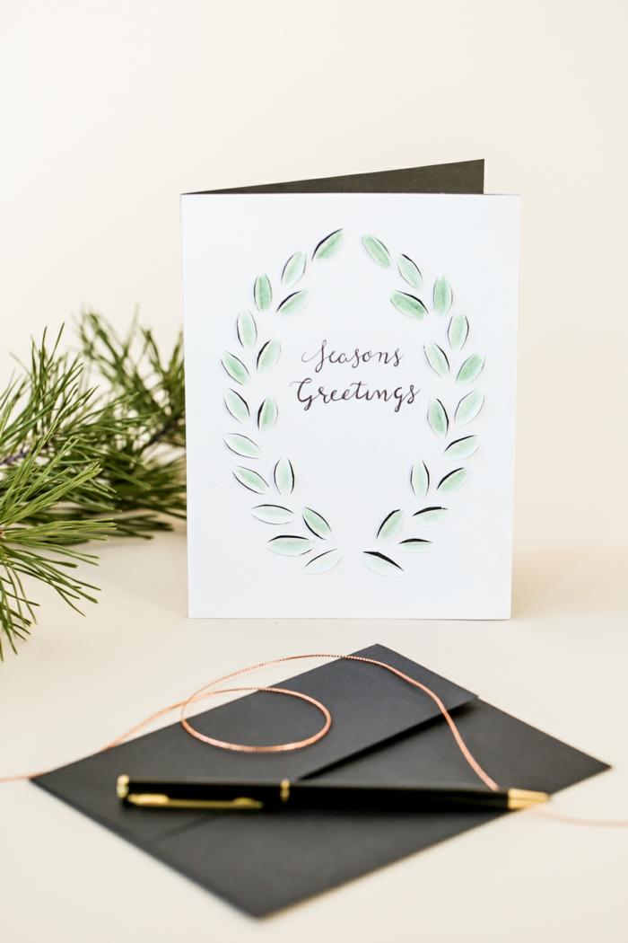 Platz für Glückwünsche zu Weihnachtszeit, Kranz aus grünen Blättern, Weihnachtskarten Design