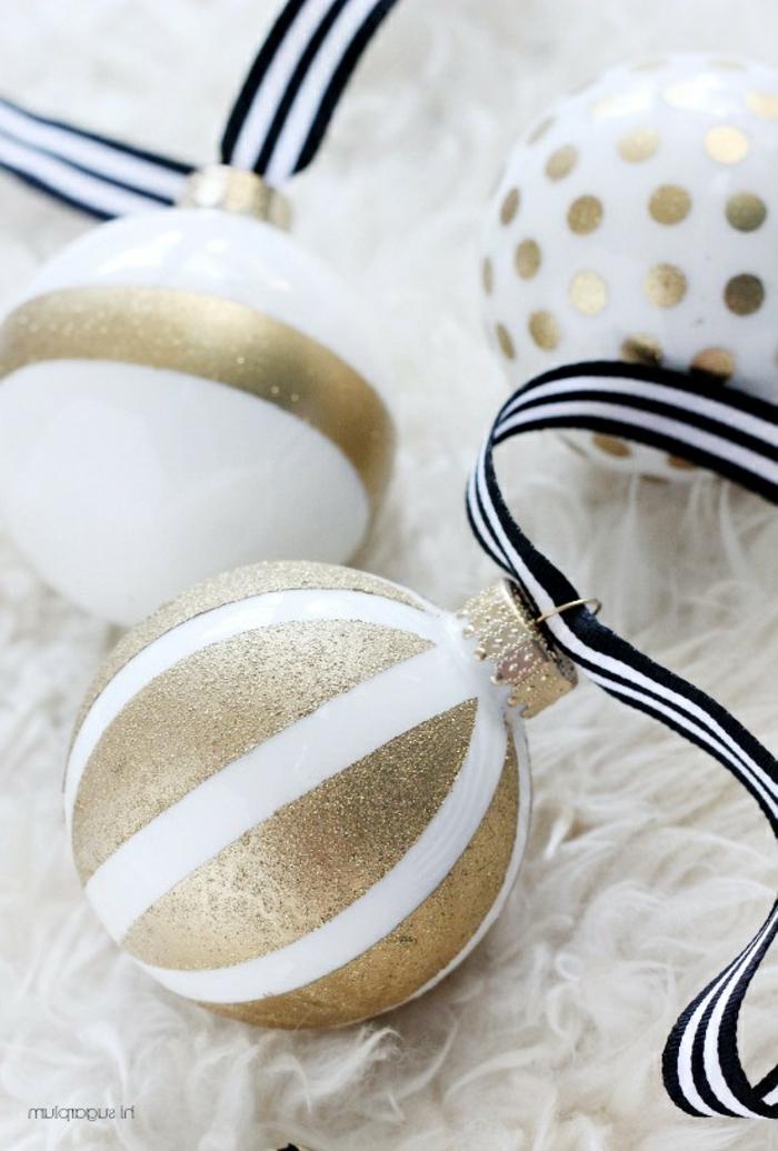 gold gestrichene Kugel, Kugel in zwei Farben, golden und weiß, Weihnachtskugel bemalen