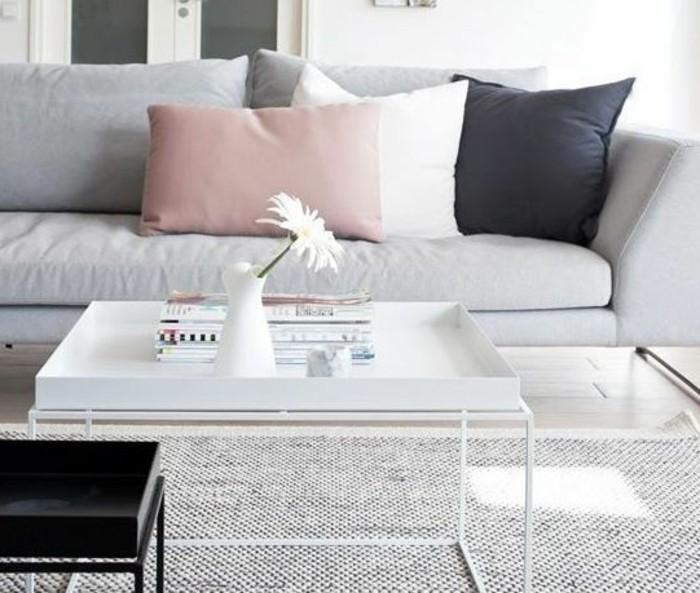 graues Sofa, weißer Tisch, rosa Kissen, ein grauer Teppich, Wohnzimmer Weiß Grau, weiße Vase mit weißer Blume