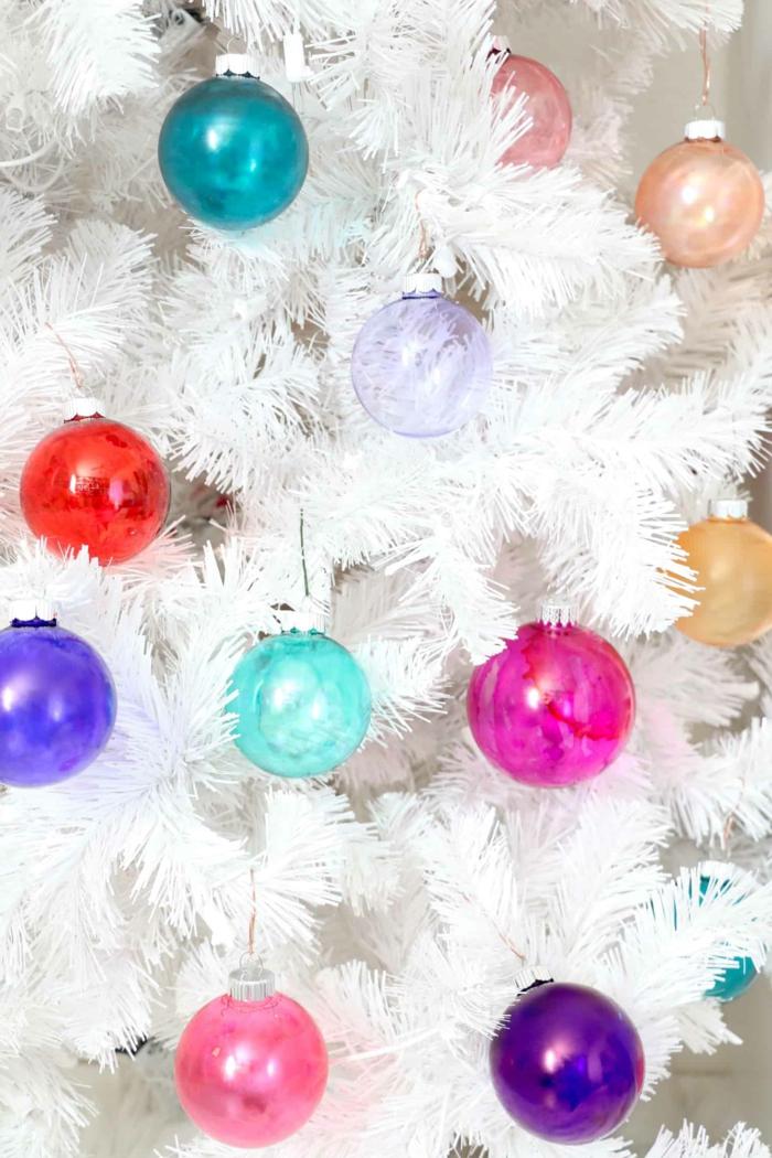 ein Kontrast zwischen den weißen Zweigen des Christbaumes und den bunten Kugeln, Weihnachtskugeln gestalten