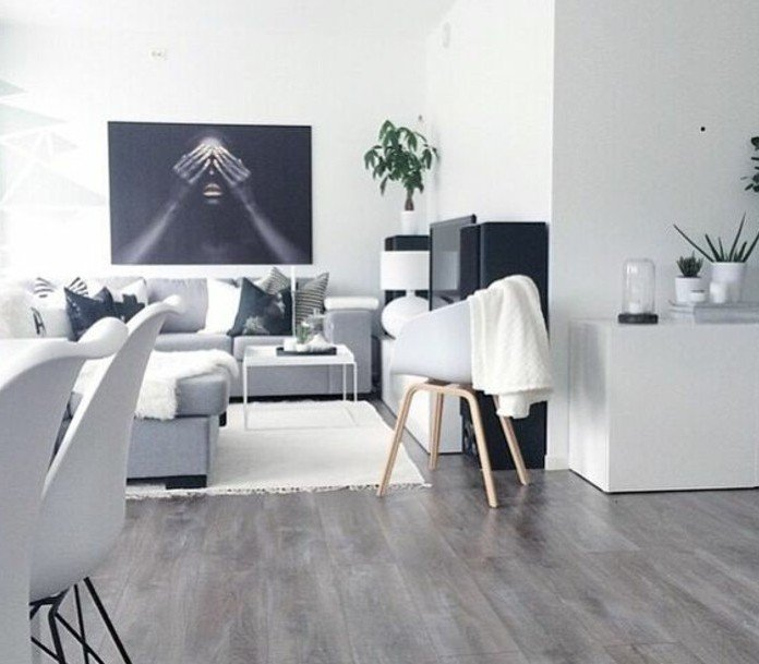 Laminatboden in grauer Farbe, weißer Teppich, Ecksofa in grauer Farbe, Wohnzimmer Weiß Grau