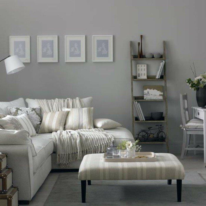Wohnzimmer Weiß Grau, ein weißes Sofa, vier kleine Bilder, Leiter als Bücherregal, kleiner Couchtisch