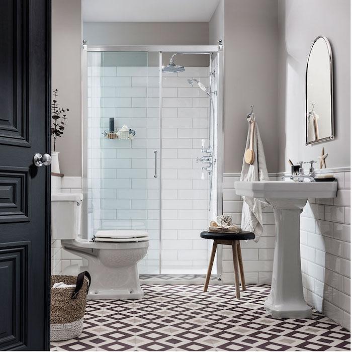 weißes waschbecken und ein spiegel im badezimmer mit weißen und schwarzen badezimmer fliesen und eine schwarze tür, moderne badezimmer bilder