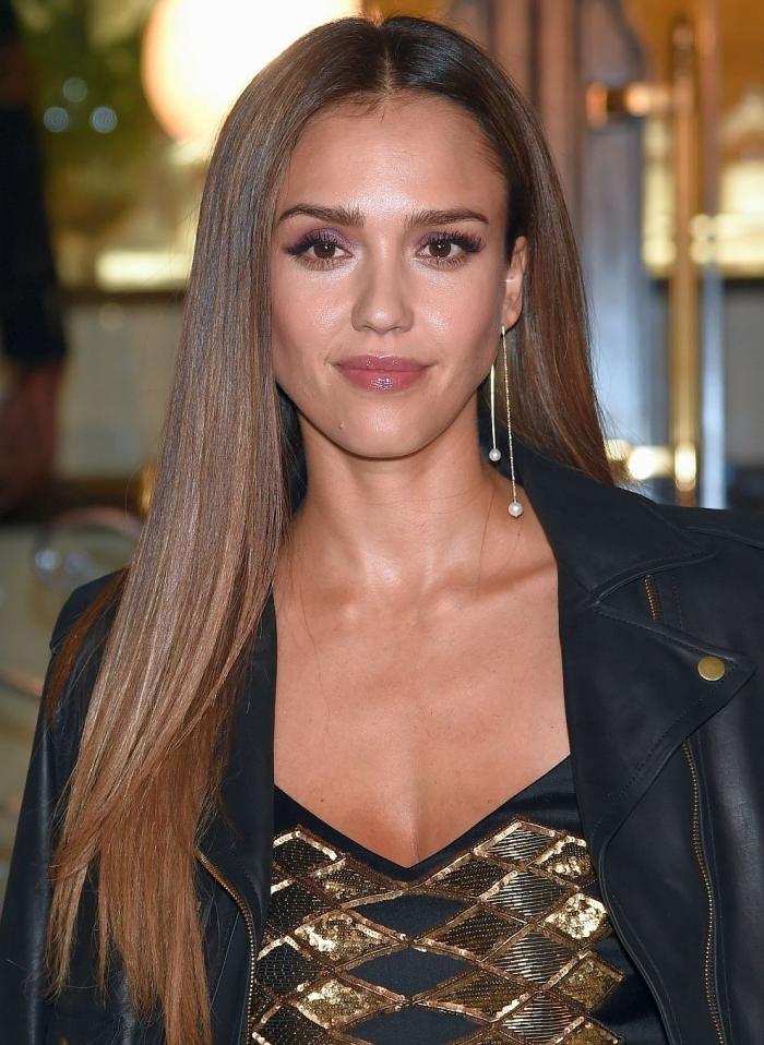 weiblich braune haare braune augen, jessica alba, schwarzes kleid mit goldenen elementen