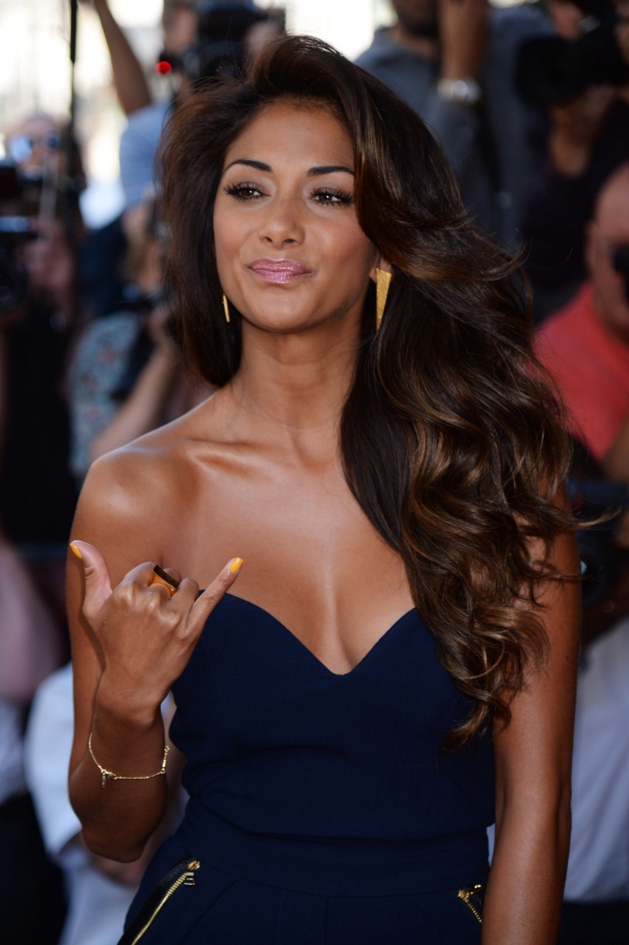 weiblich braune haare braune augen, nicole scherzinger, lockhaarfrisur mit seitenscheitel, goldenbrauner teint
