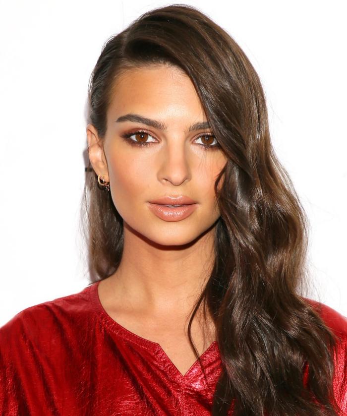 weiblich braune haare braune augen, seitlcihe frisur mit retro wellen, make up für braune augen