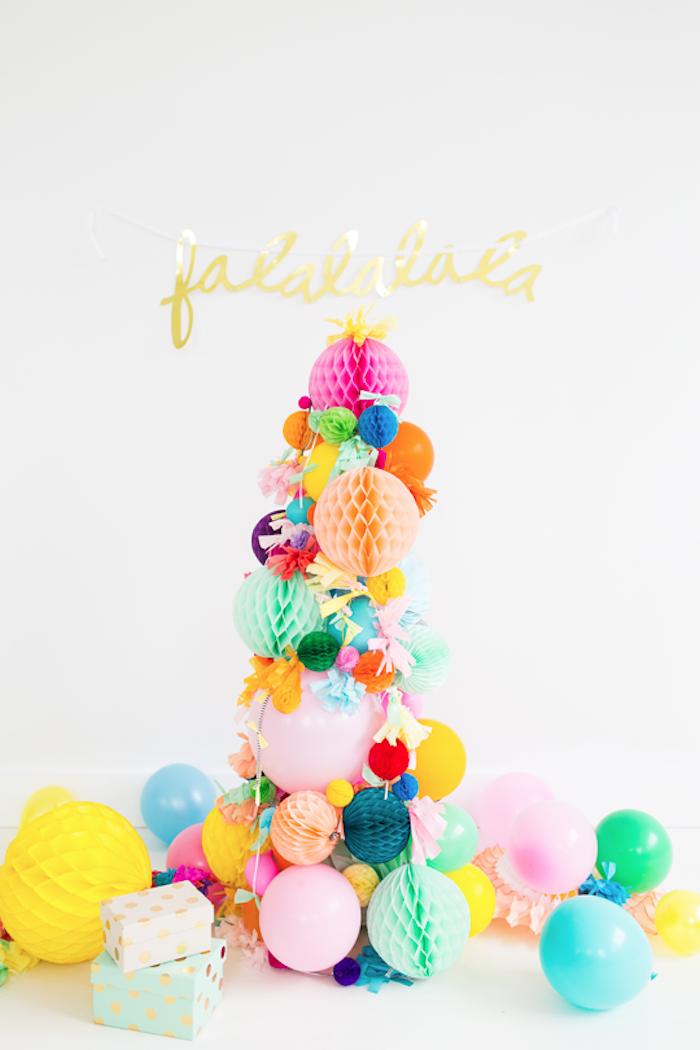 Kreativer Weihnachtsbaum aus bunten Papierkugeln und Luftballons, Ideen für alternative Weihnachtsbäume