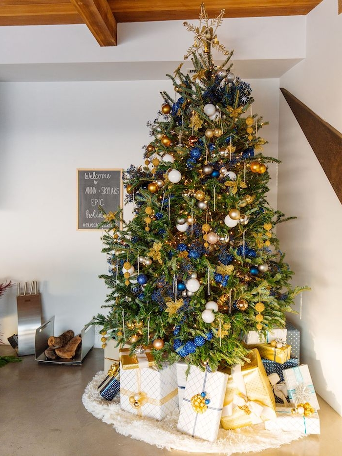 Echter Weihnachtsbaum geschmückt mit vielen bunten Christbaumkugeln, Christbaumspitze goldener Stern