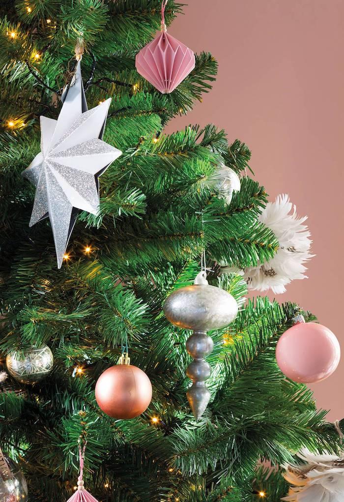 Anhänger aus Papier und klassische Weihnachtskugeln, Weihnachtsbaum schmücken