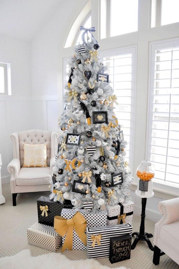 Künstlicher Weihnachtsbaum in Weiß, geschmückt mit Schleifen und Bildern, weiße Sessel