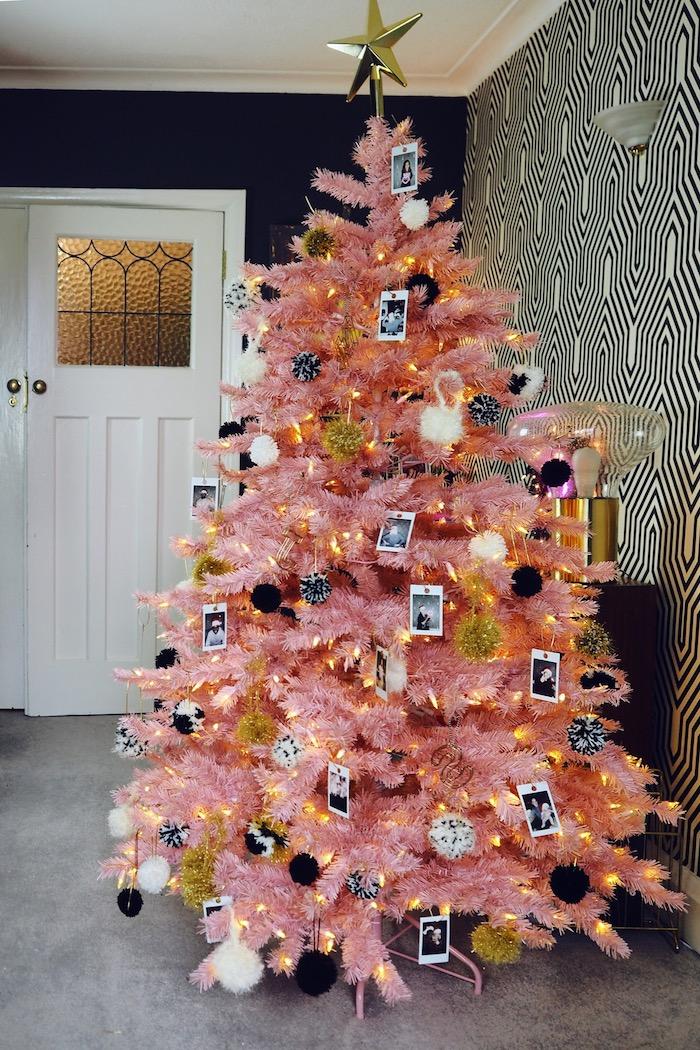 Rosa Weihnachtsbaum geschmückt mit Fotos und Lichterkette, Christbaumspitze goldener Stern