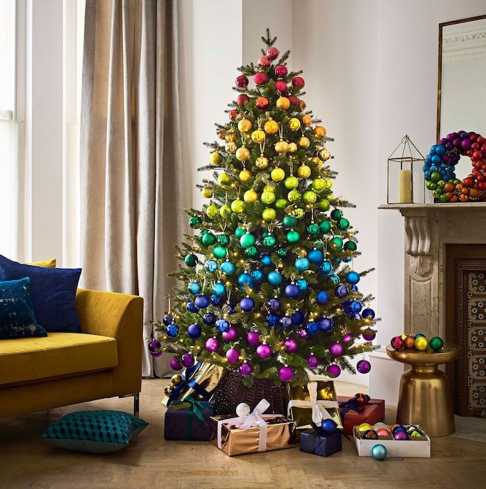 Weihnachtsbaum geschmückt mit bunten Weihnachtskugeln, Farben in Schichten, Weihnachtsgeschenke unter dem Baum