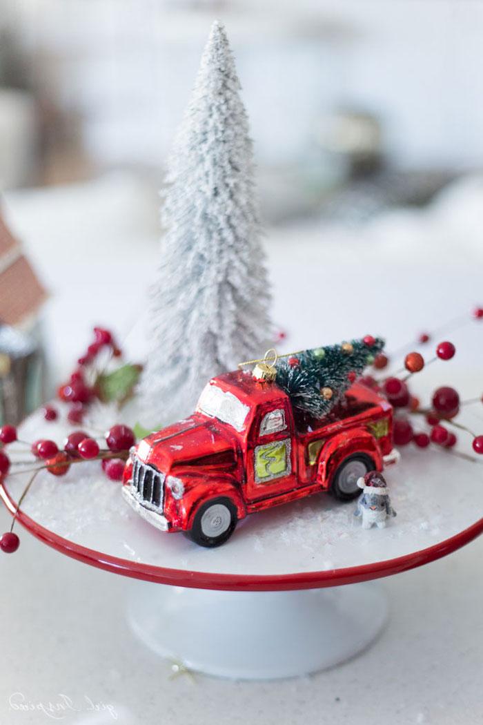 Rotes Spielzeugauto und Weihnachtsbaum gesprüht mit künstlichem Schnee, Weihnachtsdeko Ideen