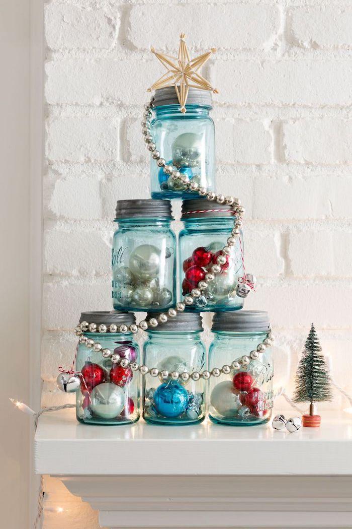 Weihnachtsbaum aus Einmachgläsern voll mit kleinen Weihnachtskugeln, Girlande und Stern auf der Spitze
