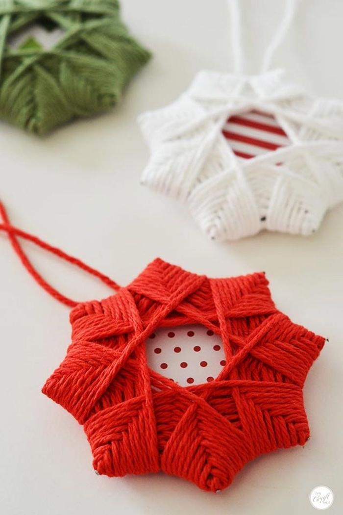 Schneeflocken aus rotem und weißem Garn basteln, DIY Idee für einzigartigen Weihnachtsschmuck