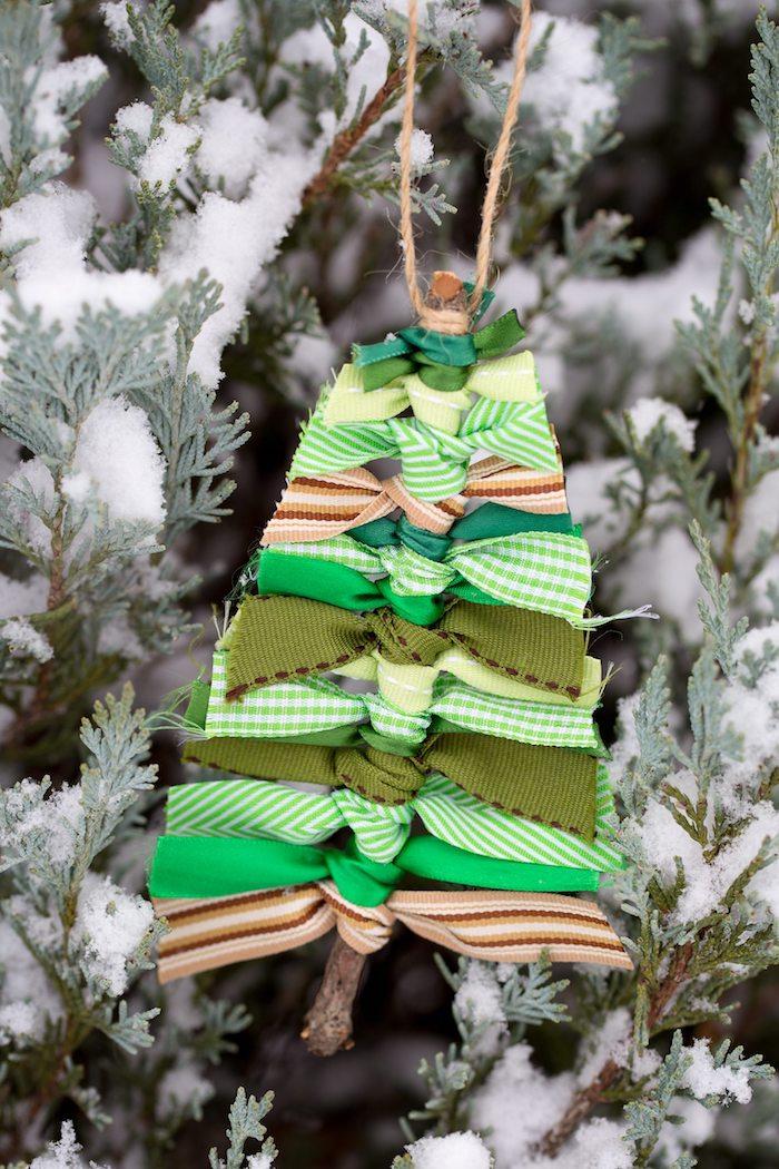Kleinen Weihnachtsbaum aus Holzstäbchen und Dekoband selber machen, Basteln mit Kindern für Weihnachten