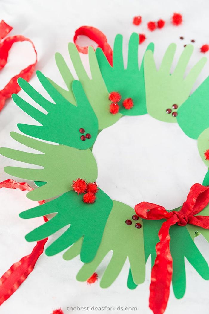 Weihnachtskranz aus Handabdrücken selber machen, DIY Weihnachtsdeko mit Kindern