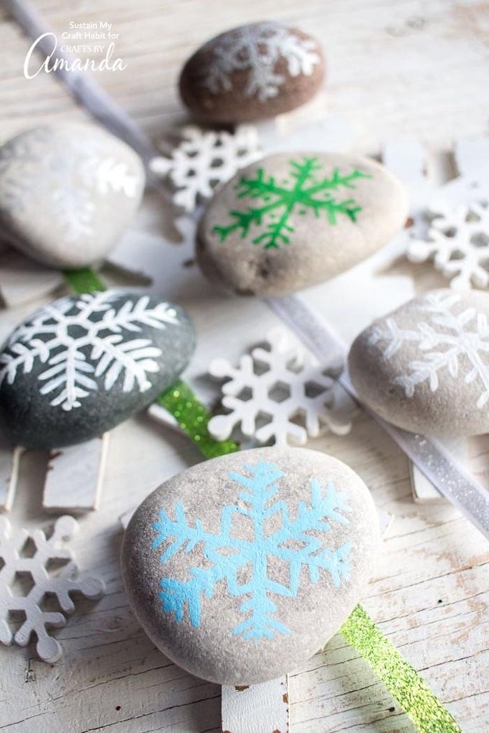 Steine bemalen, Schneeflocken auf Steine zeichnen, coole Ideen für winterliche Dekoration