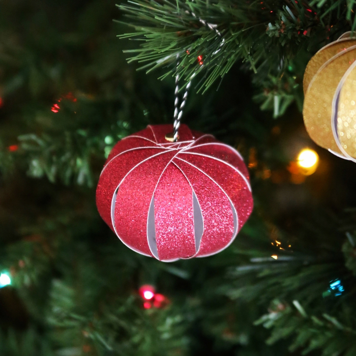 weihnachten basteln, weihnachtskugel aus glitzerpapier, christbaumschmuck diy