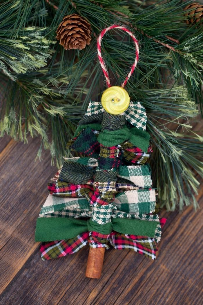 tannenbaum aus zimt und streifen stoff, weihnachten basteln, grüne zweige, gelber knopf