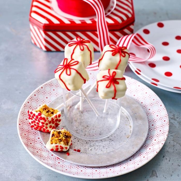weihnachtliche desserts, cake pops selber machen, weße glasur, kleine geschenke
