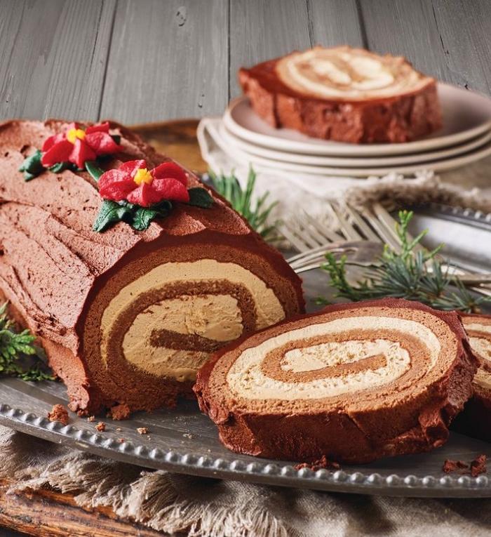 rolle mit schokolade, weihnachtliche desserts, kleine rote blüten, weihnachtsdessert einfach