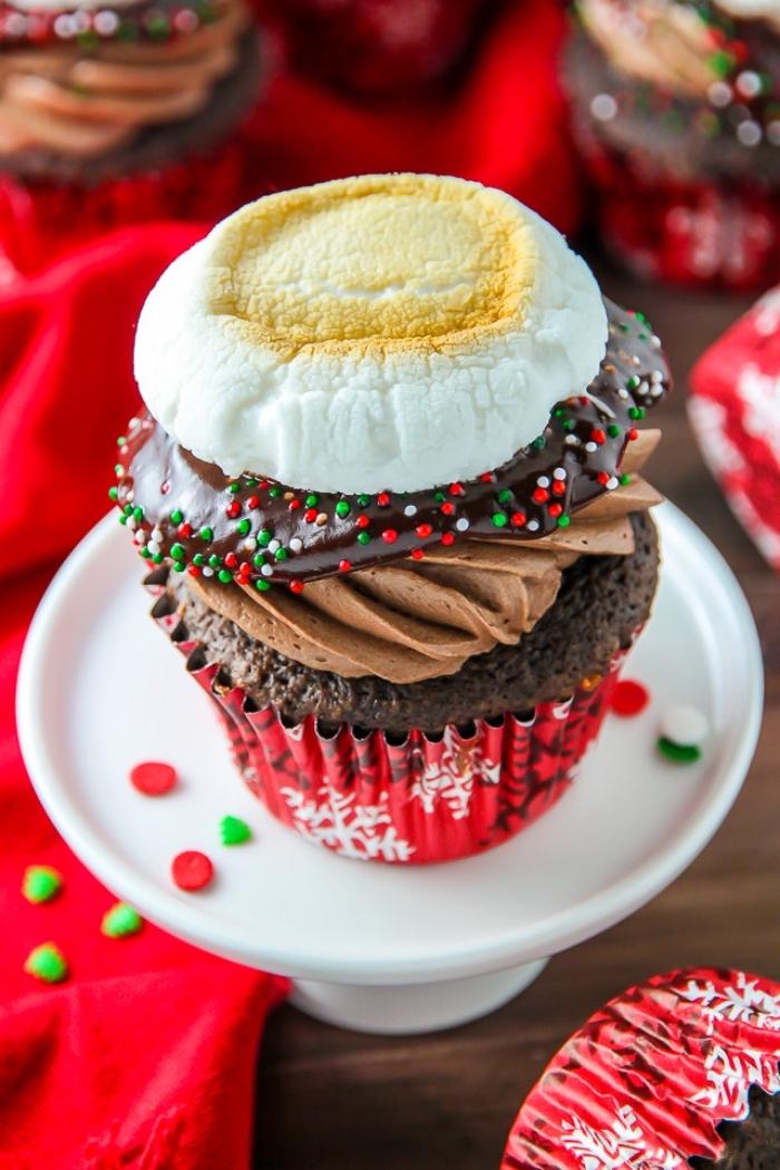 muffins verzieren, cup cake mit schokolade dekoriert mit schokoladensahne, schokoaldenganache und marshmallow, weihnachtliche desserts