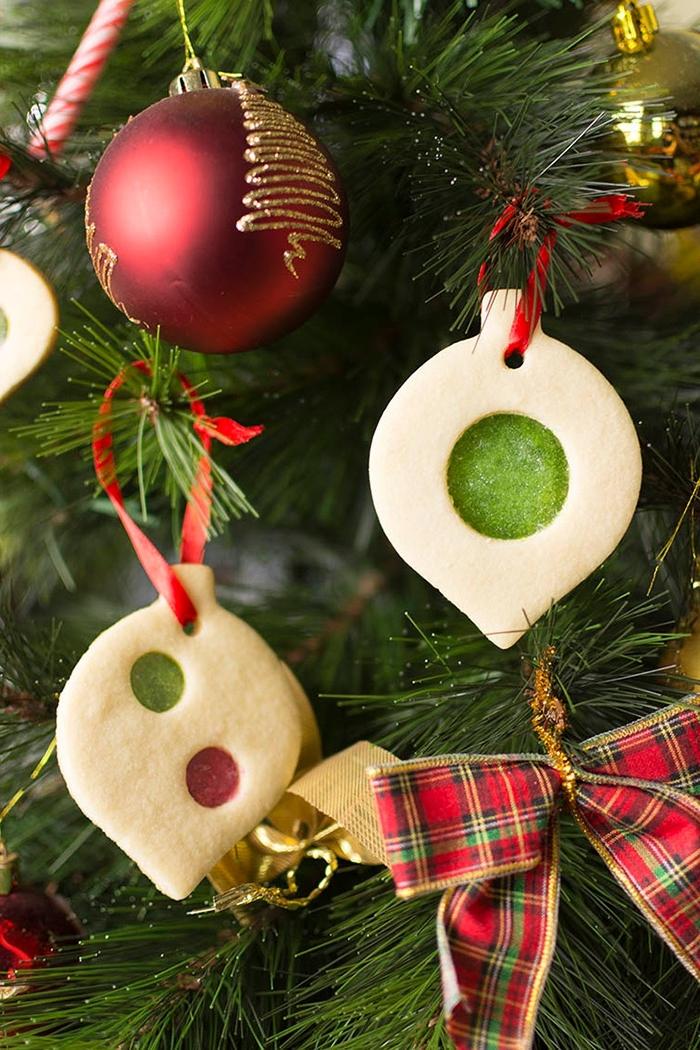 weihnachtliche desserts, tannenbaum schmücken, weihanchtskugeln aus keksen mit gelee
