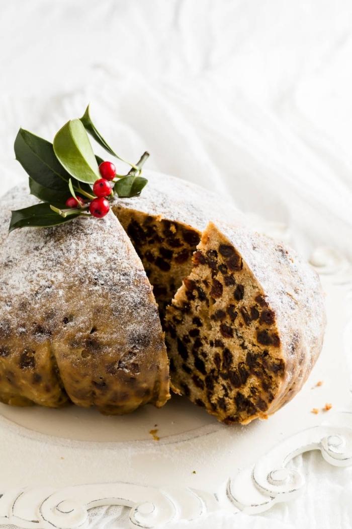 weihnachtliches dessert, runder kuchen mit schokoladenchipps, kleine rote früchten, weihnachtsdessert