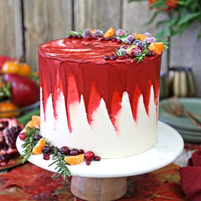 torten verzieren, weinachtliches dessert selber machen, gefrorene früchte, rote und weiße buttercreme