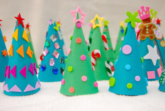 Weihnachtsbäume aus Papier selber machen, bunte Applikationen kleben, DIY Weihnachtsdeko