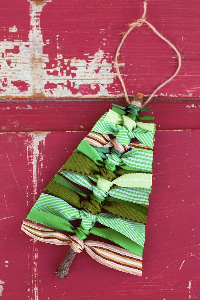 Weihnachtsbaum selber basteln, aus Holzstäbchen Dekoband und Garn, zu Weihnachten basteln mit Kindern