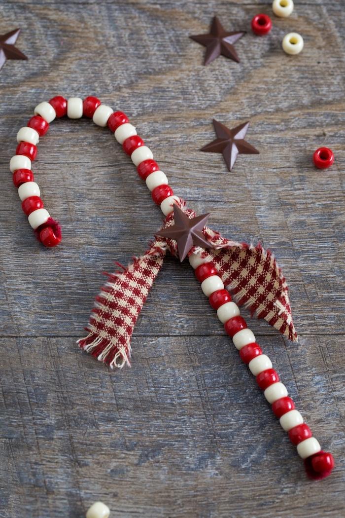 Zuckerstange aus roten und weißen Holzperlen, Bastelideen für Weihnachten zum Nachmachen