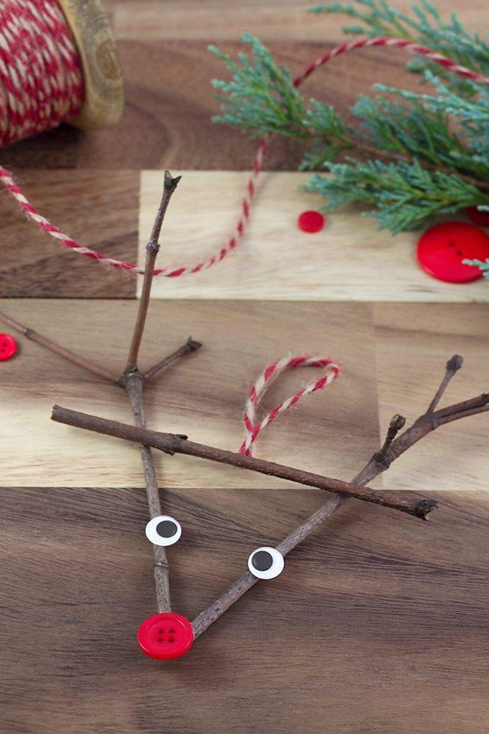 Rentier aus Holzstäbchen selber machen, roter Knopf für Nase, Weihnachtsbasteln mit Kindern
