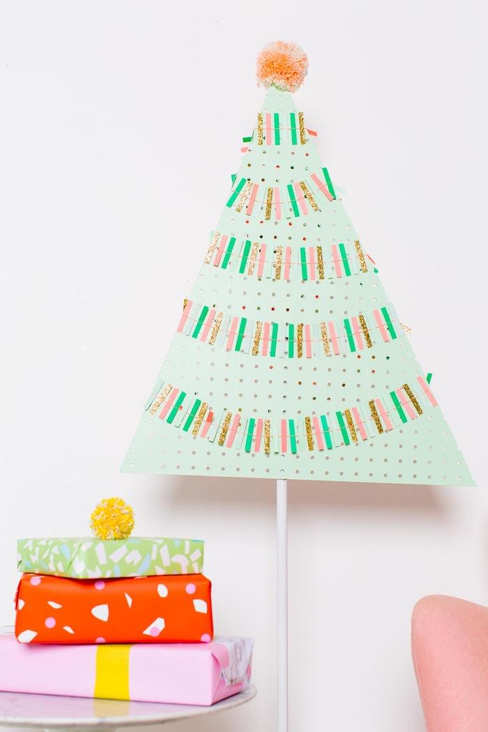 Weihnachtsbaum selber basteln, aus grünem Karton, drei schön verpackte Weihnachtsgeschenke