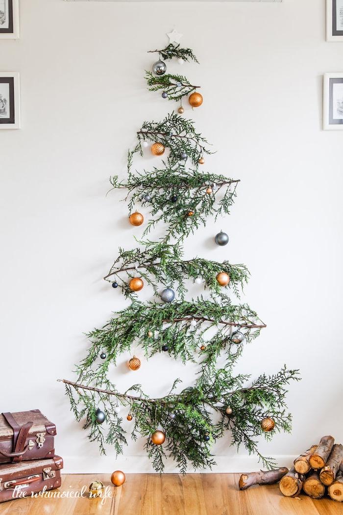 Tolle Alternative zum klassischen Weihnachtsbaum, Tannenzweige an die Wand kleben, mit Weihnachtskugeln schmücken