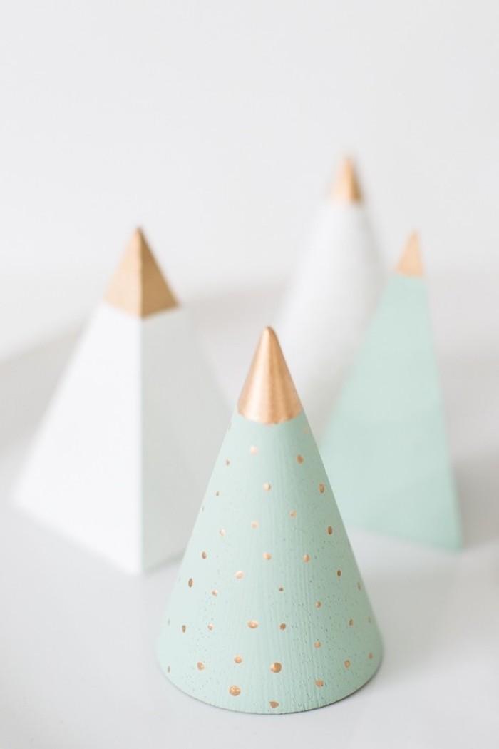 Grüner Kegel mit goldenen Punkten, Idee für selbstgemachte Weihnachtsdekoration