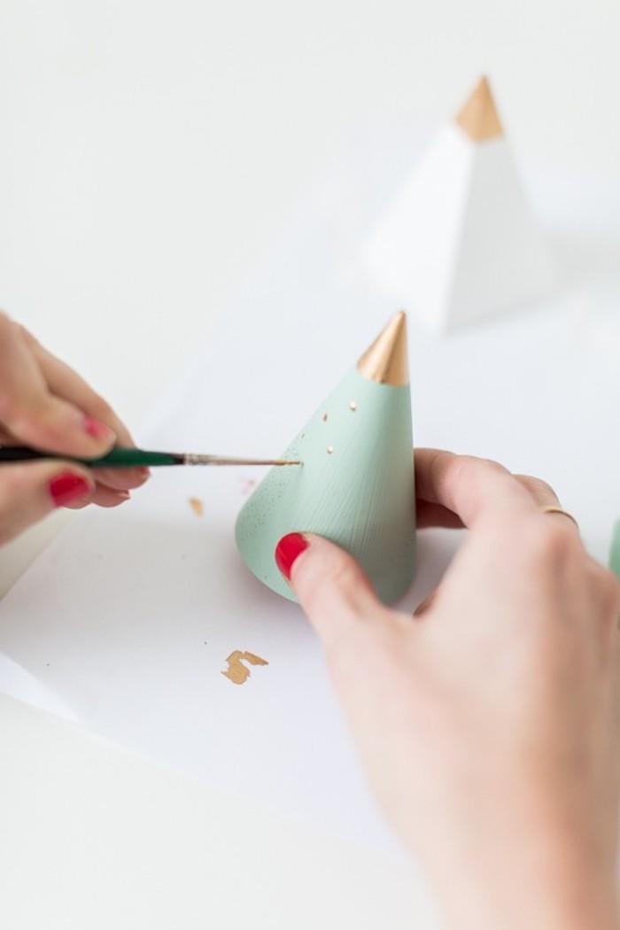 Kegel aus Holz mit grüner Farbe bestreichen, goldene Punkte mit Pinsel setzen, DIY Mini Weihnachtsbaum