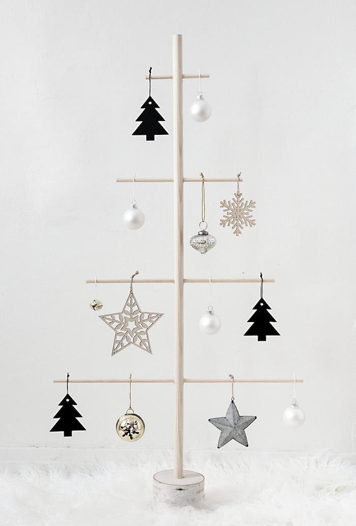Weihnachtsbaum aus Holzstäbchen mit Anhängern schmücken, alternativen Weihnachtsbaum selber machen