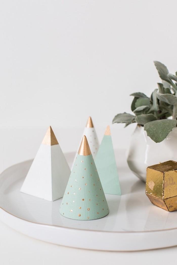 Kleine Kegel aus Holz mit grüner oder weißer Farbe bestreichen, Mini Weihnachtsbaum basteln Idee