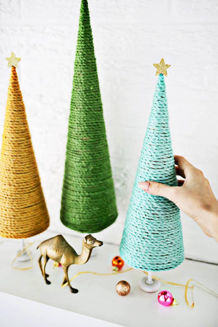 Kleine Weihnachtsbäume selber basteln, mit Garn in der gewünschten Farbe umwickeln