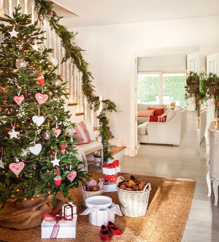 Anhänger in Form von Herzen und Sternen, echter Weihnachtsbaum, Tannenzapfen in Rattankorb