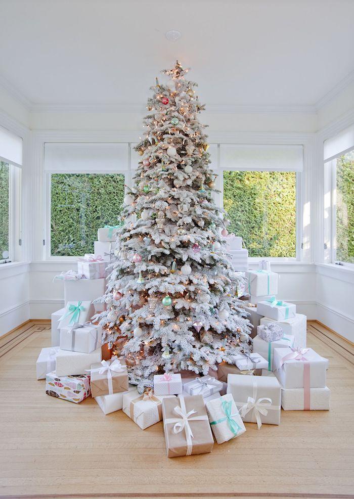 Weihnachtsbaum mit bunten Christbaumkugeln und künstlichem Schnee dekoriert
