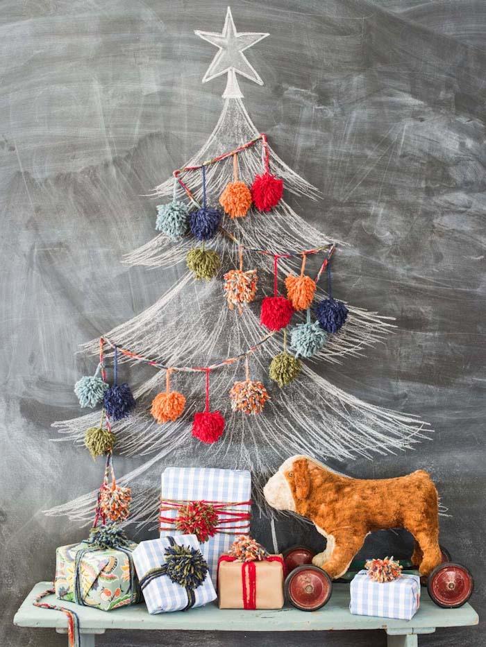Weihnachtsbaum an Tafelwand zeichnen, Girlande mit bunten Pompons, kleine schön verpackte Geschenke