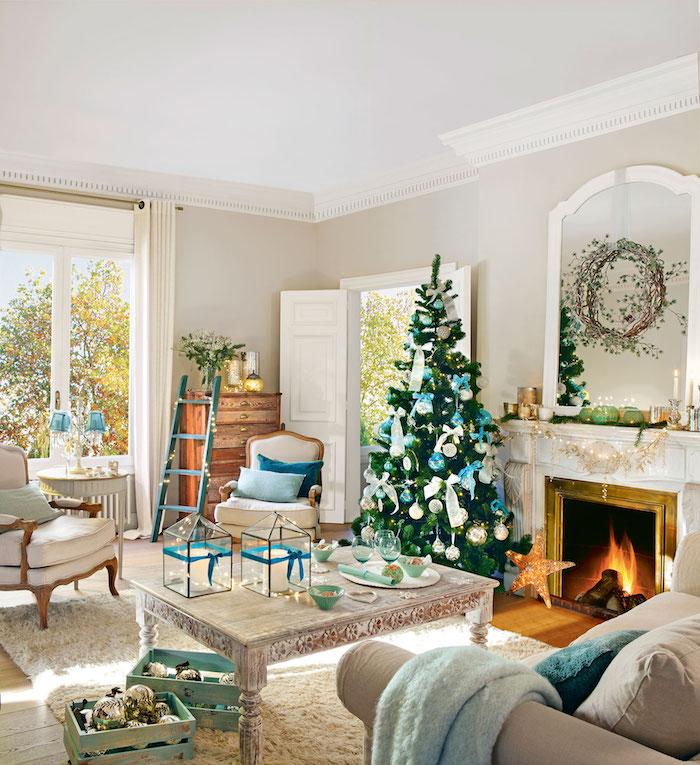 Weihnachtsbaum geschmückt mit weißen und hellblauen Christbaumkugeln und Schleifen, Wohnzimmer in Landhausstil, helle Nuancen und natürliche Materialien