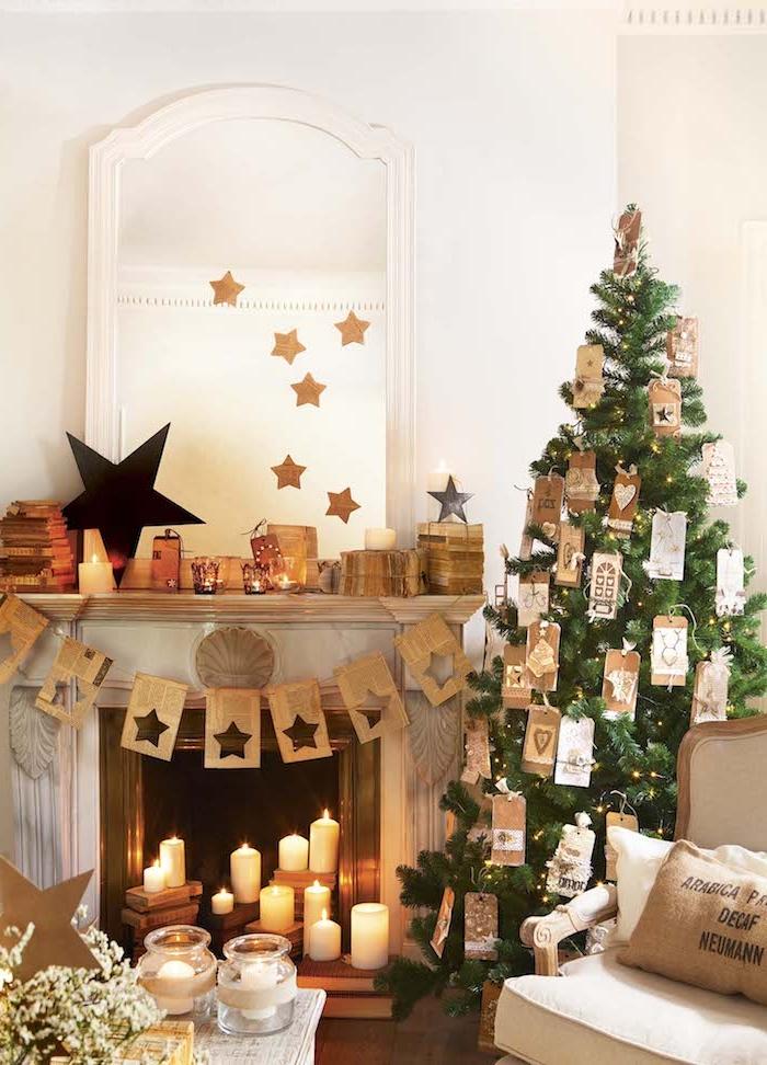 Weihnachtsbaum geschmückt mit Anhängern aus Papier, weiße Kerzen im Kamin, Weihnachtsdeko im Wohnzimmer