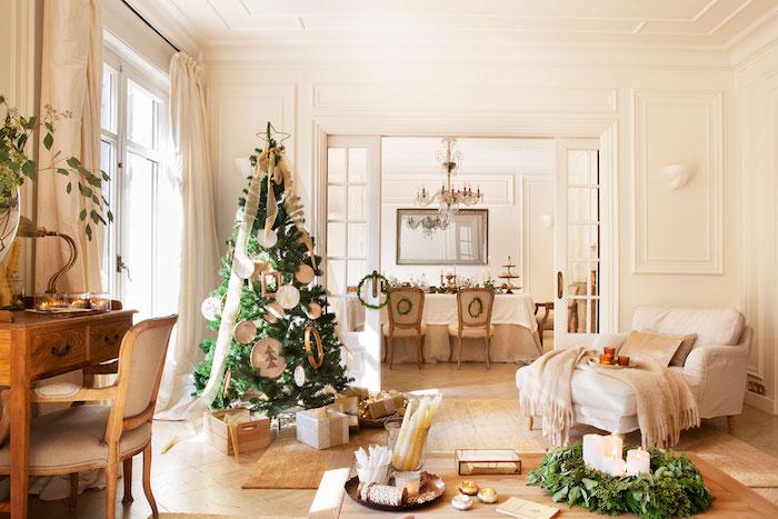 Wohnzimmer im Landhausstil, Einrichtung in Weiß, Schreibtisch aus Massivholz, Baum mit weißen Anhängern