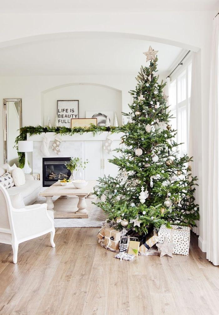 Weiße Einrichtung und Holzboden, echter Weihnachtsbaum mit weißen Christbaumkugeln