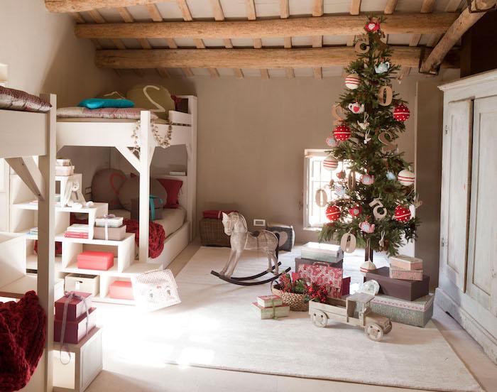 Landhaus Einrichtung, kleiner Weihnachtsbaum mit bunten Weihnachtskugeln, weiße Holzmöbel